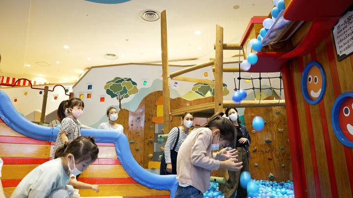 投げ込んだボールが降ってくる!新しい仕掛けに子どもたちも大興奮です!