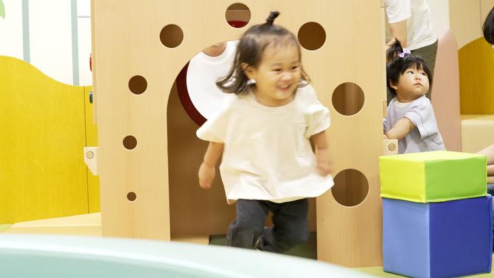 小さなおうち「プレイハウスデン」。ハイハイ・よちよち歩きの赤ちゃん目線で作られており、興味をもって動き回るきっかけになりそうです。