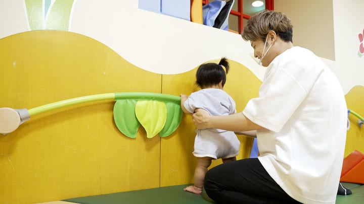 赤ちゃんが握りやすいように設計された「つかまり立ちバー」は、バランス感覚を養う理想的なデザインが魅力。
