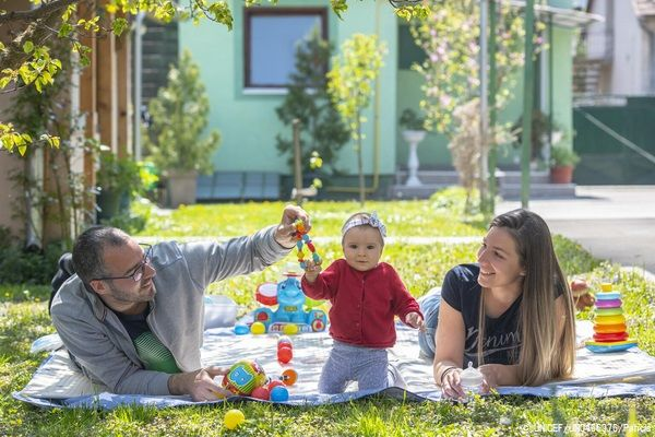 すくすく育つ、生後7カ月のヘレナちゃん。両親は、保護者向けの子育て支援プログラムを受けている。(セルビア、2021年4月撮影) © UNICEF_UN0465976_Pancic
