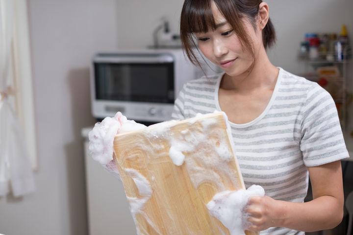 食器を洗うママ