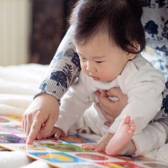0歳児が喜ぶ絵本の読み聞かせ。色や音で興味を湧かせよう