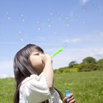 子どもの外遊びに持っていく道具やグッズは?おすすめを年齢別、季節別に紹介