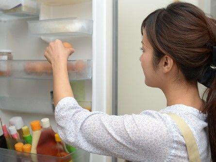 冷蔵庫を開けるママ
