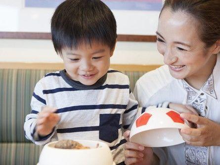 外食する親子