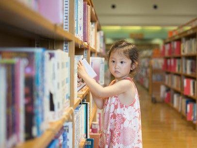 児童書を選ぶ女の子