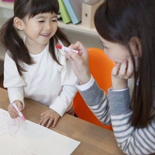 子どもの学資保険はいつから始める?メリット・デメリットとシミュレーション
