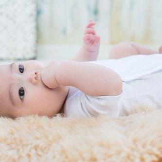赤ちゃんの肌着を夏と冬で使い分け。おすすめの素材と着せ方