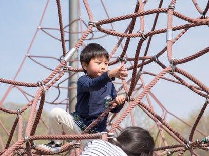 遊び場で遊ぶ子ども