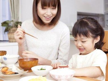 朝食を食べるママと子ども