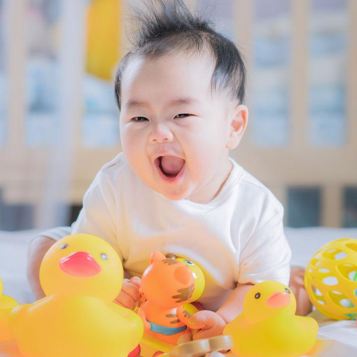子どものおもちゃの選び方。0歳、1歳、2歳、年齢別のおすすめを紹介