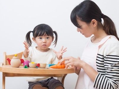 ママと遊ぶ2歳児