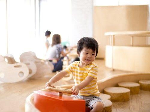 屋内施設で遊ぶ2歳児