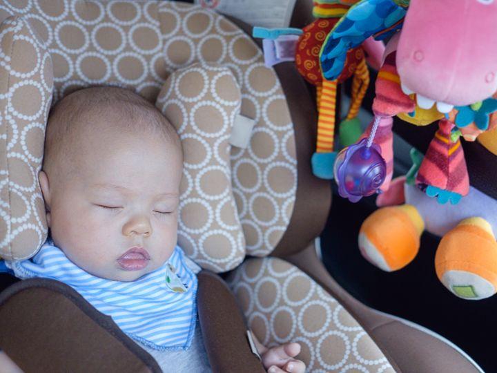 チャイルドシートに乗る赤ちゃん