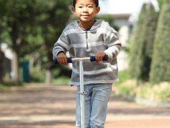 キックスクーターで遊ぶ6歳の男の子