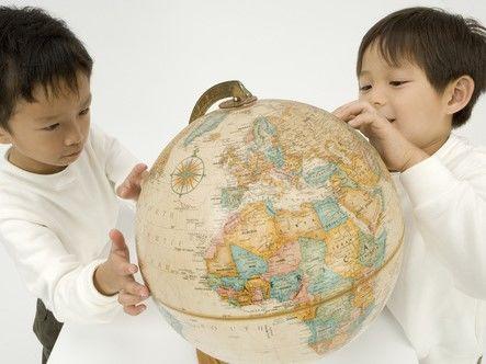 地球儀を見る6歳の男の子
