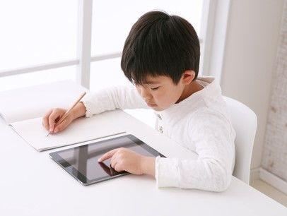 子ども部屋で勉強する男の子