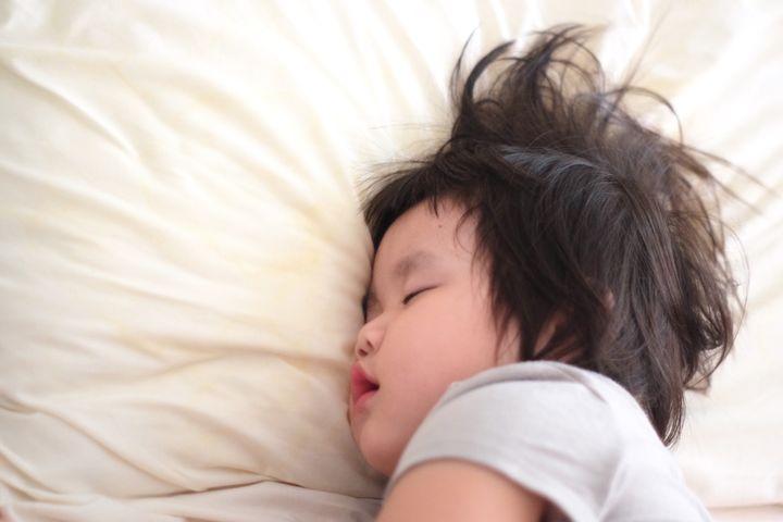 夜泣きして寝る子ども