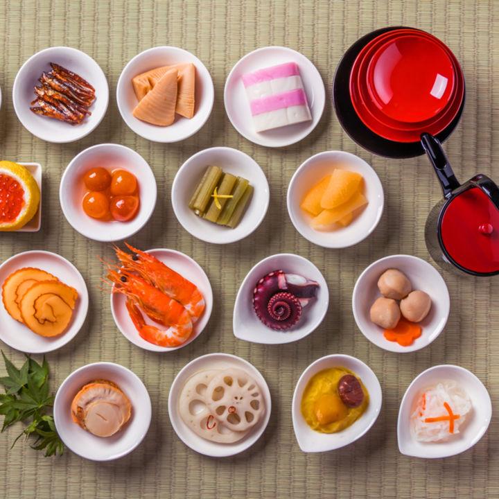 おせち料理のいくら、かまぼこ、れんこん、伊達巻など縁起が良い食材と意味