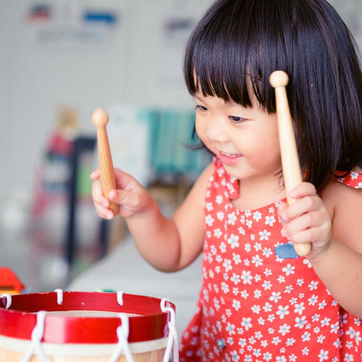 太鼓や木琴など音の出る楽器系おもちゃ。子どもの年齢別のおすすめと遊び方