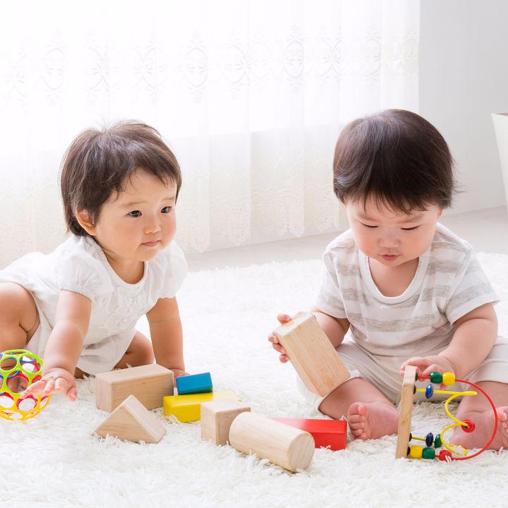 子どもをリビングで遊ばせたい。おもちゃの収納方法や怪我をさせないための工夫
