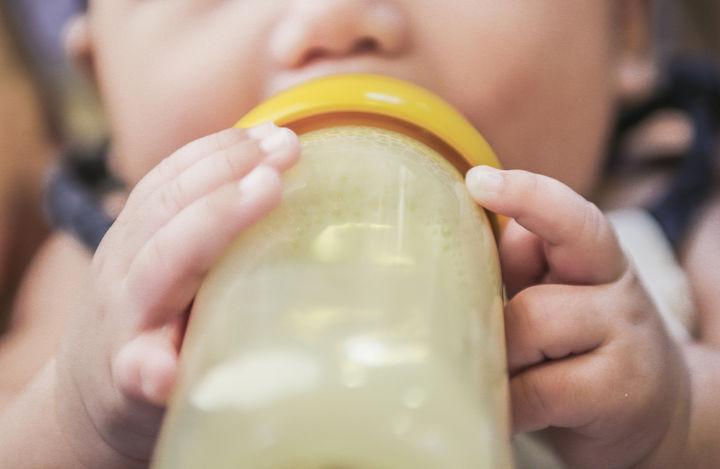 新生児用品の哺乳瓶