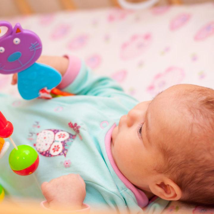ラトルやビーズコースターなど、赤ちゃんが指先で遊べるおもちゃ