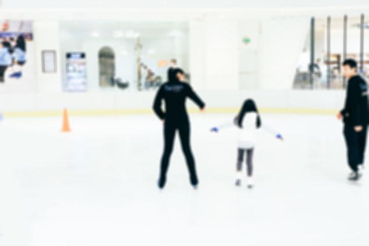 スケートをする親子