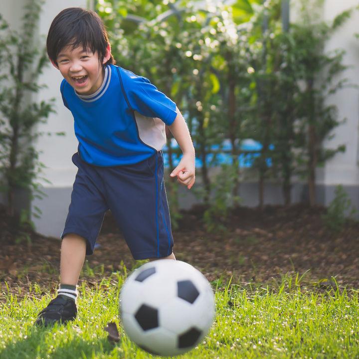 サッカーやピアノ、英語や水泳。子どもの習い事はいつから始める?