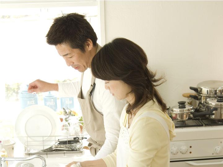 夫婦でキッチンに立つ