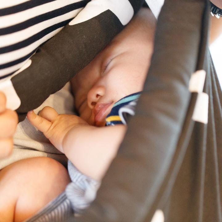 新生児寝かしつけのコツは。ミルク、おしゃぶり、音楽はうまくいく?