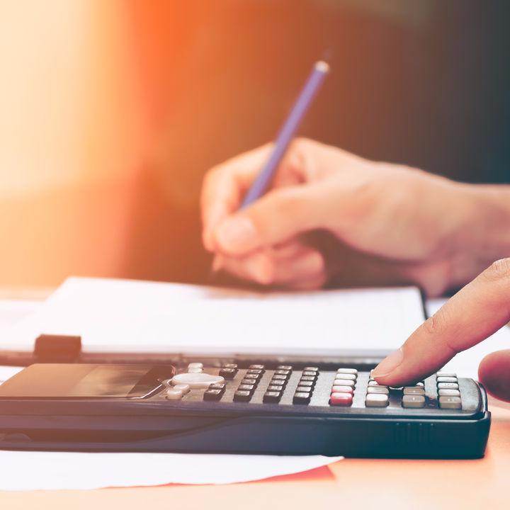 項目を手書きでノートに書き出して支出を分類。簡単、ざっくり家計簿の提案