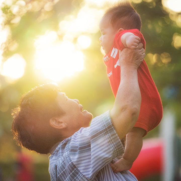 孫をかわいがってくれる祖父母。子どもへの影響やメリットなど