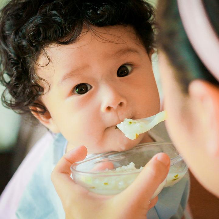 離乳食後期の食事の目安や食べ方。牛肉や魚の調理方法など