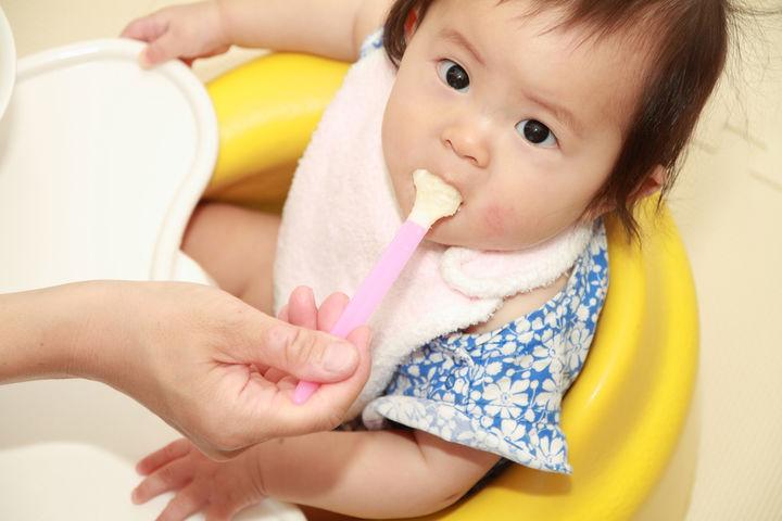 5倍粥を食べる赤ちゃん
