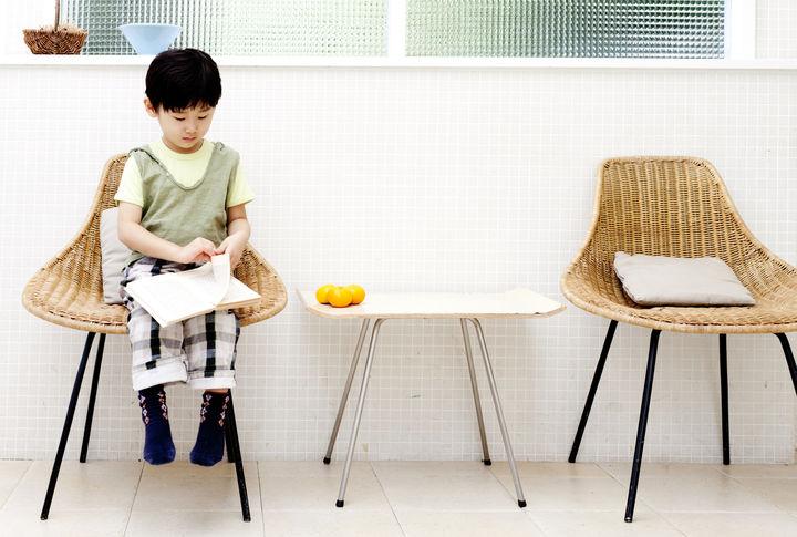 椅子で本を読む男の子