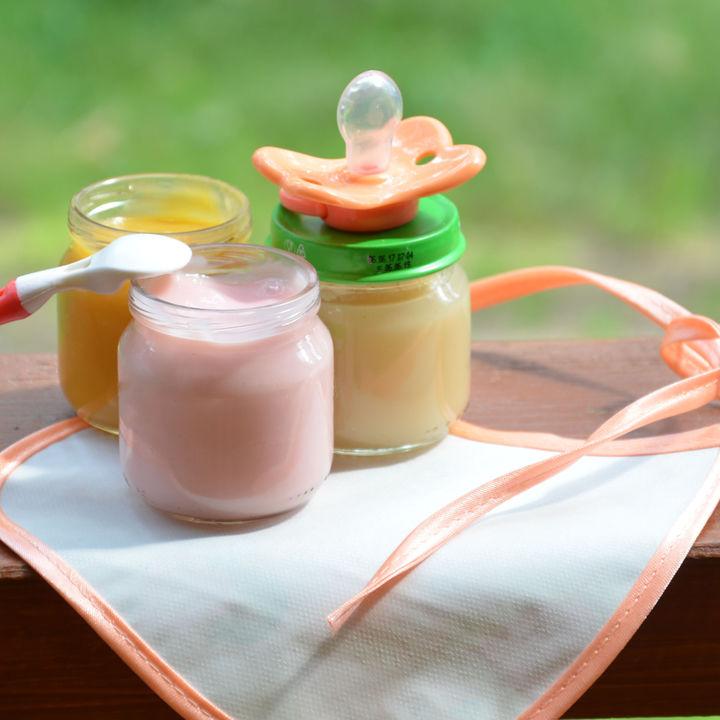 外出時の離乳食便利グッズ。スープジャーやビンなどの保存容器、エプロンなど