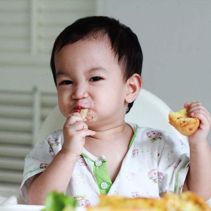 離乳食の手づかみ食べはいつから?つかみ食べのポイントとは
