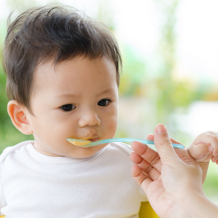 6カ月の赤ちゃんの離乳食。おかゆ、魚や野菜の目安量や回数について