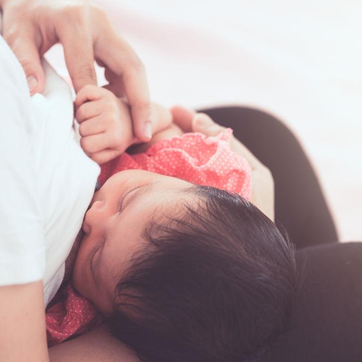 赤ちゃんの夜間授乳はいつまで?夜中寝る前にした方がよいことなどの体験談