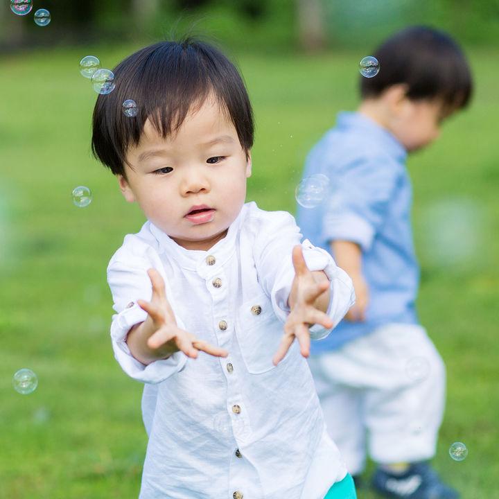 2歳児が2人でできる面白い遊びとは。室内遊びやアウトドアなど、シーン別の遊び方