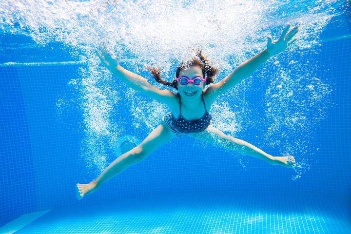 水泳を楽しむ女の子