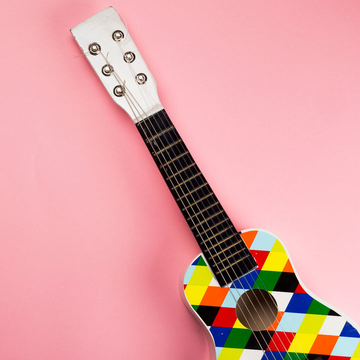 男の子や女の子にも人気の習い事、幼児から始められるギター教室の選び方
