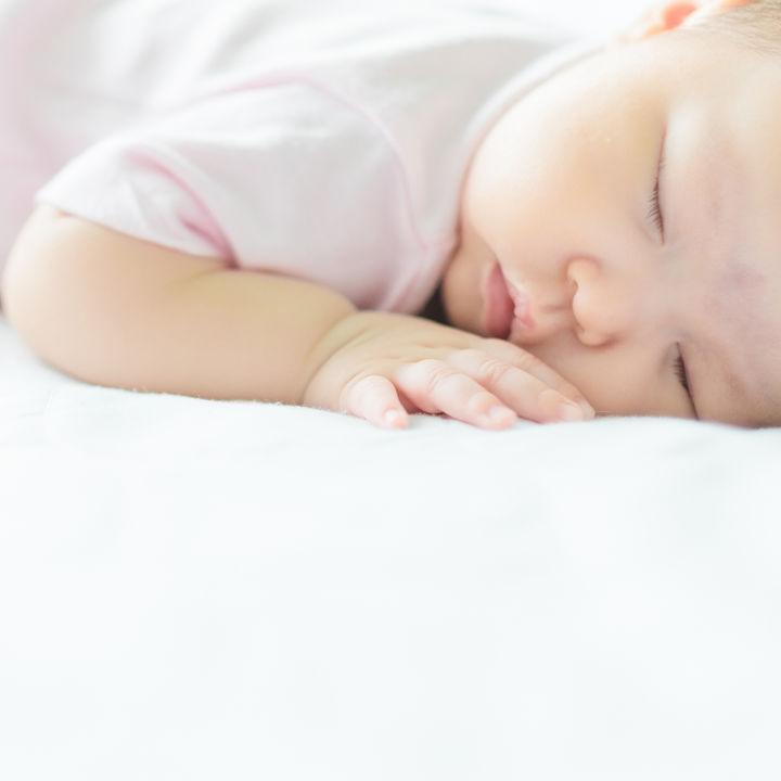 新生児から1歳までの赤ちゃんの寝かしつけ方法。歌う、抱っこ、お話をするなど