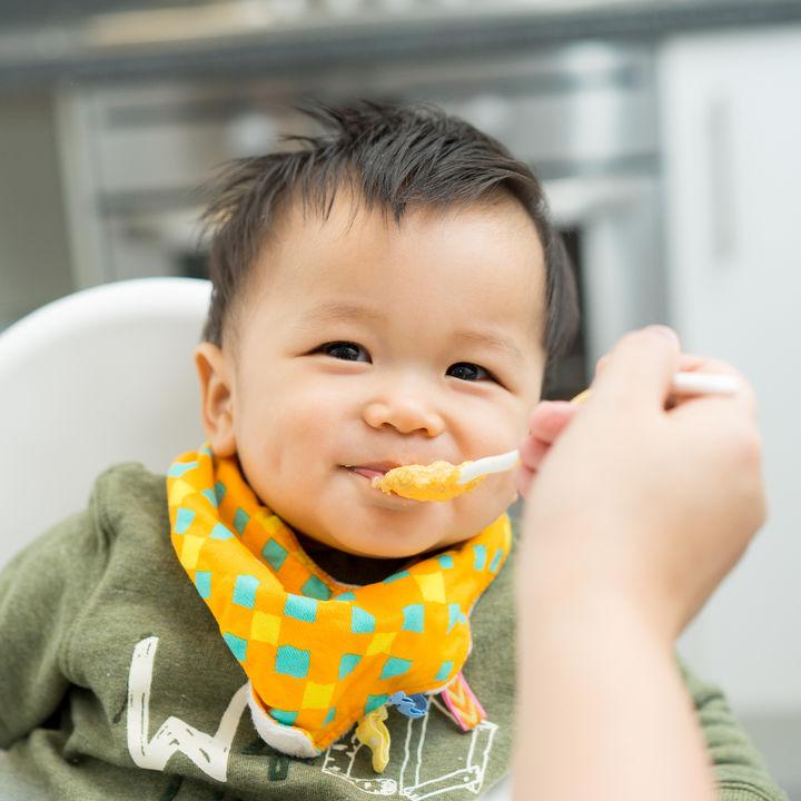 離乳食はいつから回数を増やすべき?ママたちにきく、回数や時間とペース