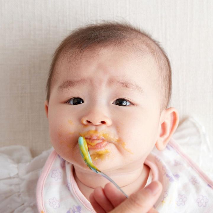 離乳食の2回食はいつから?量や時間、食べないときの対処法などを紹介