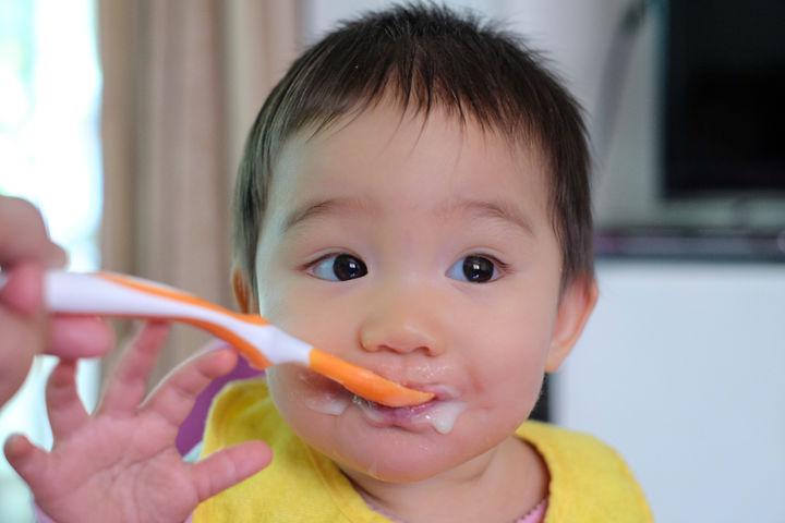 ヨーグルトを食べる赤ちゃん