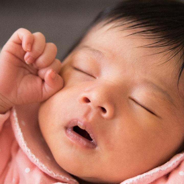 生後2ヶ月の寝かしつけ。かかる時間や就寝時間、コツや方法とは