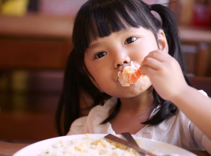 美味しそうに食事をする子ども