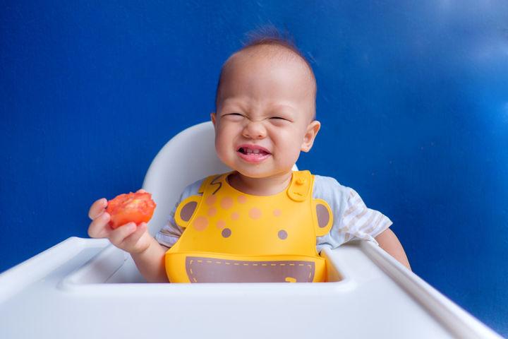 トマトを食べる赤ちゃん